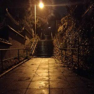 Nachts auf Stuttgarts Stäffele Karlshöhe