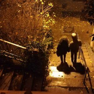Nachts auf Stuttgarts Stäffele mit zwei Personen